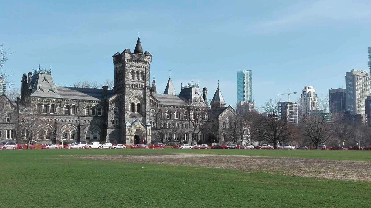 在加拿大多伦多大学读书是一种什么体验?专业设置如何?校园生活是怎样的?
